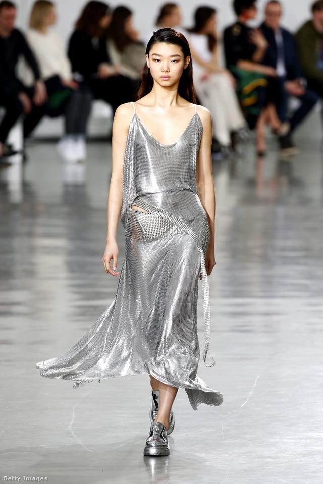 A Paco Rabanne is beépítette őszi-téli kollekciójába a korai 2000-es évek egyik nagy slágerét, az ezüst ruhát.