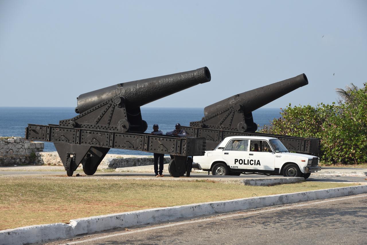 A városban erőteljes a rendőri jelenlét, az egymással hangoskodó turistákat ugyanúgy lecsendesítik, mint a kubaiakat.