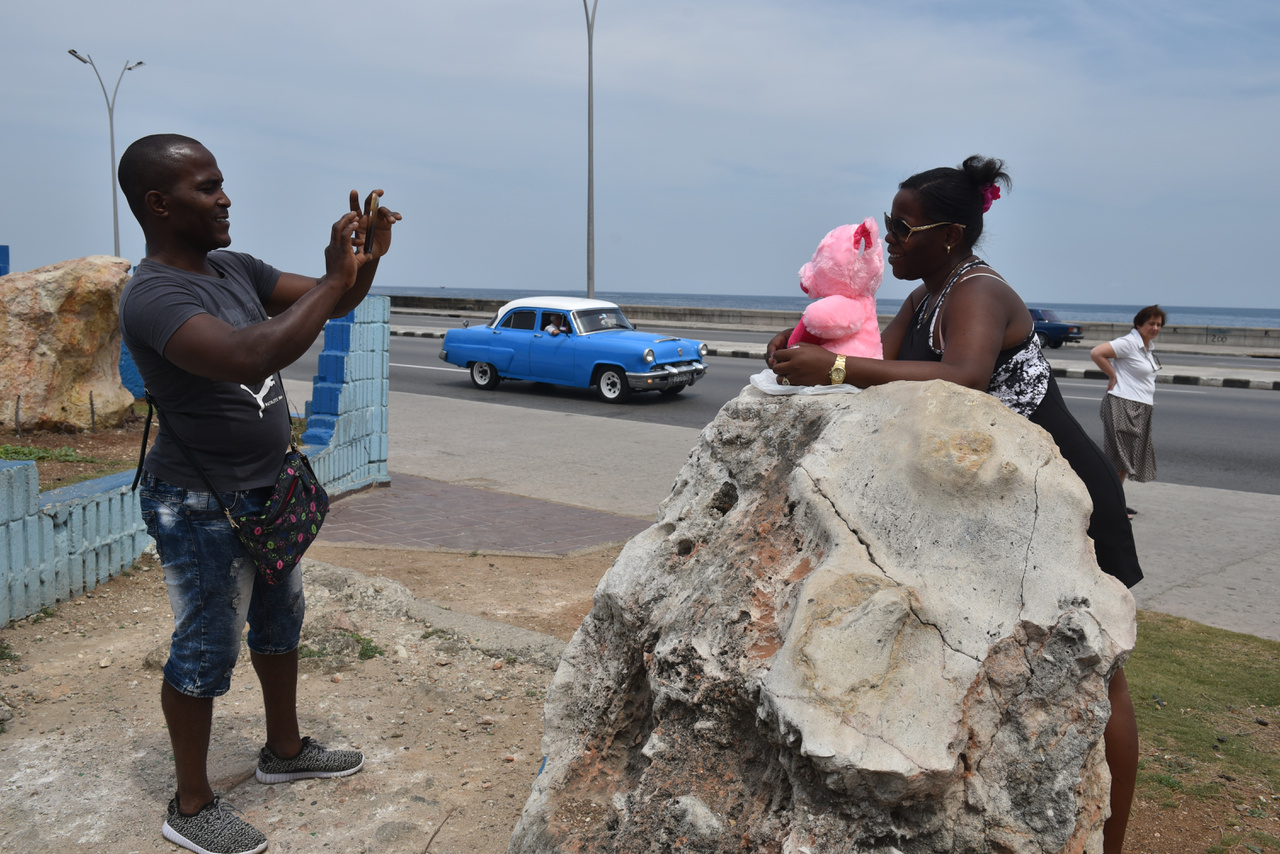 A legtöbb turista Kanadából és Európából érkezik, de évente legalább 30 ezer amerikai szegi meg az Egyesült Államok törvényeit és utazik a tiltás ellenére Kubába. A 2016-ban Obama elnök támogatásával újraindultak a közvetlen járatok, de azokra csak alapos indokkal lehet jegyet venni.