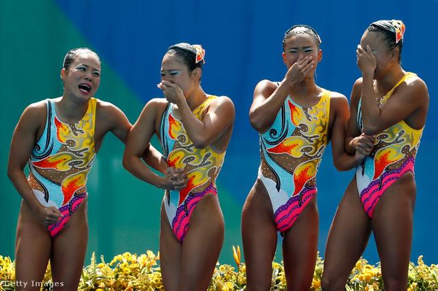 Szupercsinos úszódresszek a bronzérmes japán csapaton a 2016-os riói olimpián.