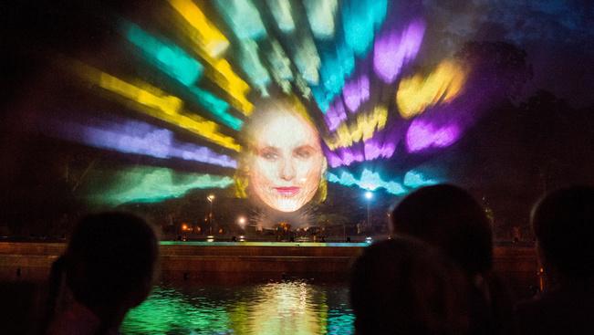 Színes fényekben pompáznak esténként a Margitsziget fái