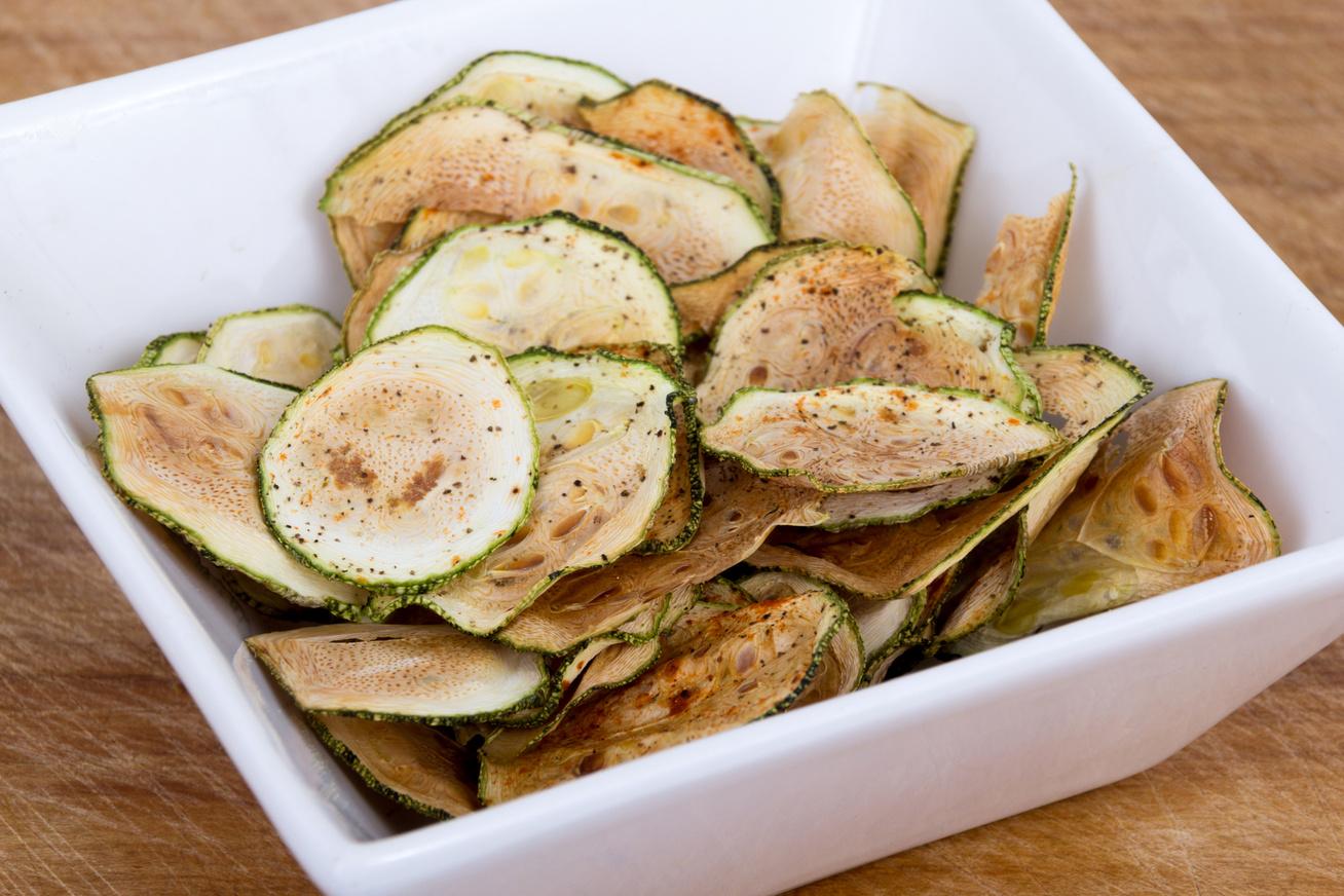 Finomak, mint a chips, de nem hizlalnak: így készítsd el otthon a zöldségropogósokat