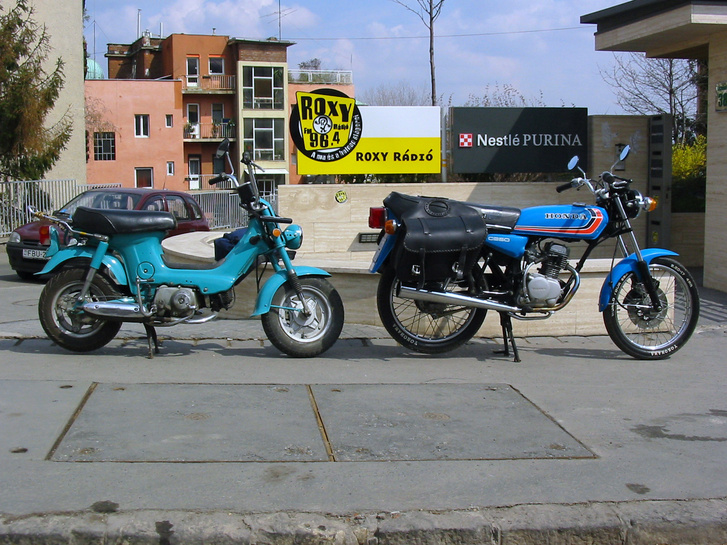 Honda Chalym Józsi barátom CB50-esével a megboldogult Roxy előtt (vagy már megint van, nem követem)