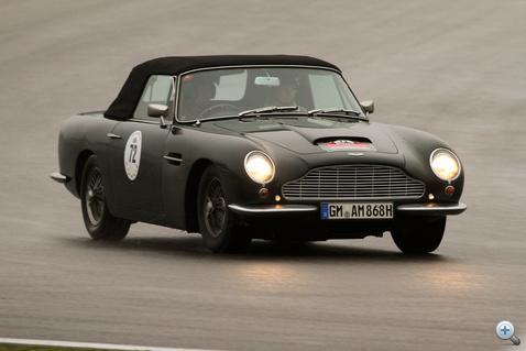 Libabőr Nr. 3: Aston Martin DB 6 Volante (4000 ccm, hat henger, 300 LE, 1968). Hát ő volt az, aki úgy nyomta.