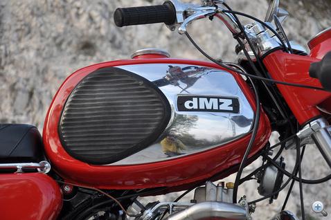 A mesteri kivitelezésű dMZ feliratot Dudás Tibor készítette