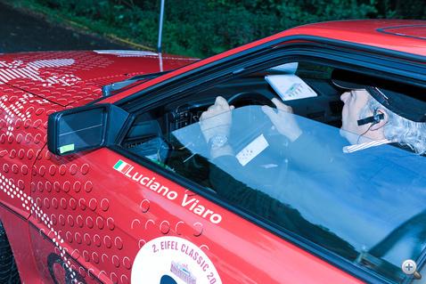 Luciano Viaro (egyik) műhelytitkát leplezi le a kép: letakart visszapillantó élénk színű jelöléssel.