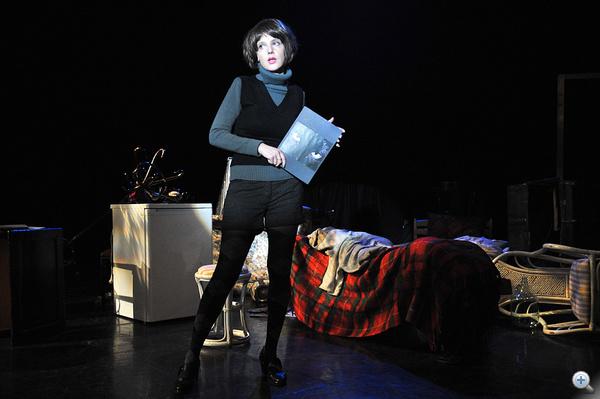 Karafiáth Orsolya felkonferálja Macskadémon című musicaljének rövid bemutatóját - a darab zenéjét Bella Máté jegyzi