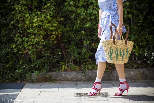 Feltűnő cipő és kaktuszos Mango kosártáska Milánóban.