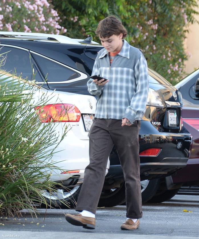 Egy nagyon híres színész fiát látja közlekedni Los Angeles utcáin