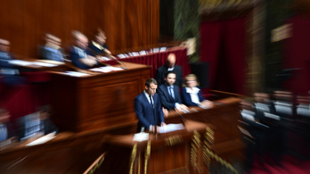 Macron harmadával csökkenti a képviselők számát