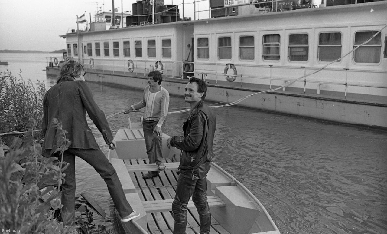 """Mivel Nagy Feróval (aki nem sokkal korábban vált ki a Bikiniből) baráti kapcsolatokat ápolt a zenekar, vendégként ő is fellépett a turnén, ám Schuster visszaemlékezései szerint """"valami miatt megsértődött és lelépett."""""""