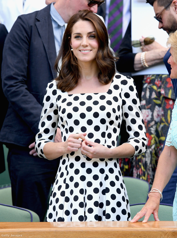 Ha nem tűnne fel elsőre, akkor segítünk: Katalin gyakorlatilag a haja negyedétől szabadult meg hirtelen, majd ezzel sokkolta a wimbledoni teniszbajnokság nyitónapján összegyűlt közönséget július 3-án