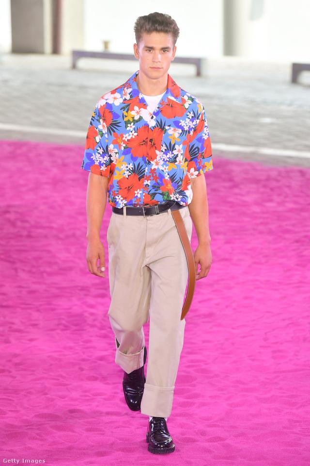 Hawaii ing és bézs nadrág Ami Alexandre Mattiussi párizsi kifutóján.