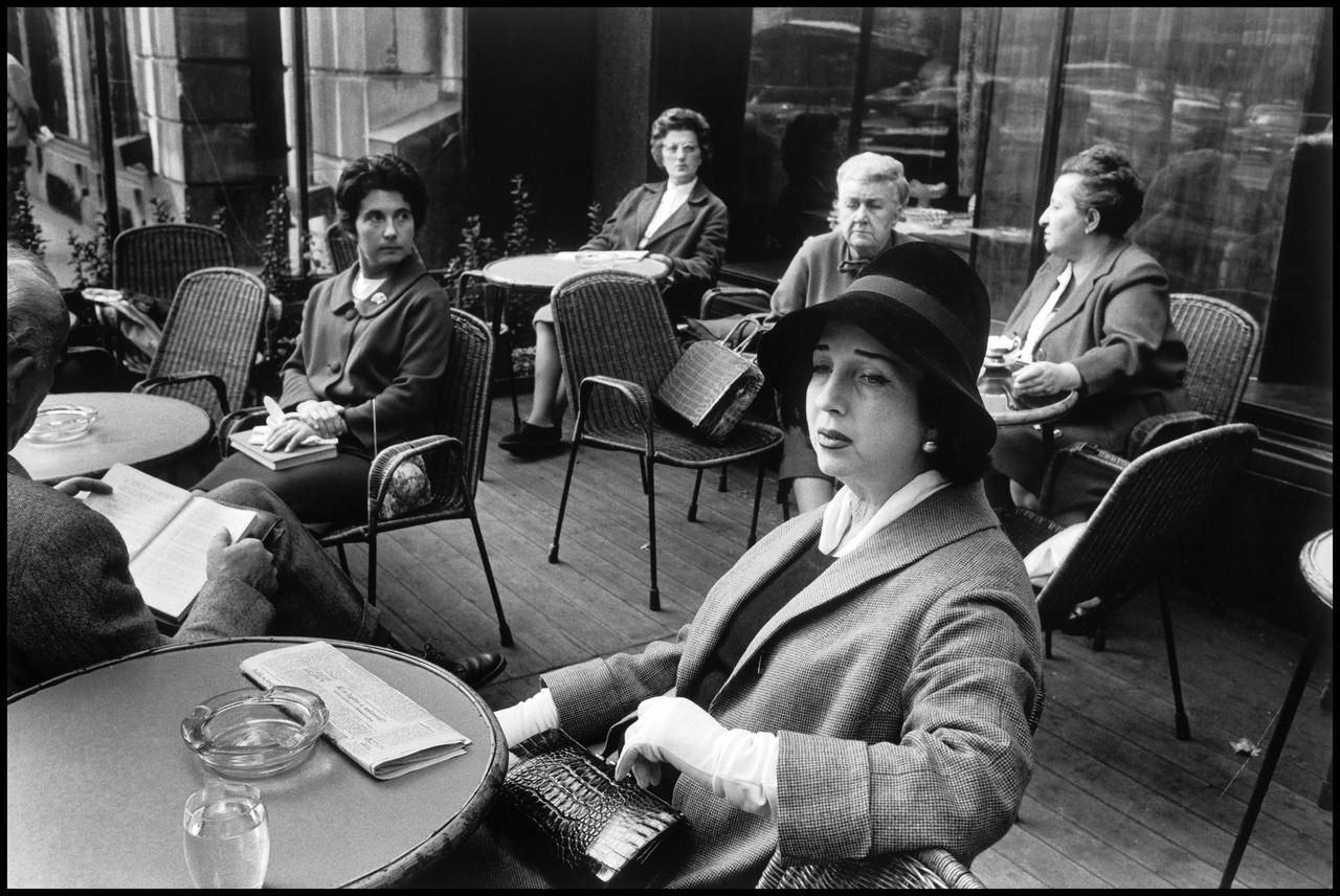 """""""Hát, kérem, a Gerbeaud osztályon felüli luxus kategória"""" – mondja a pincér az In our time című Örkény-novellában. S bár a szocializmus alatt mind a Gerbeaud (ami 1948 és 1984 között Vörösmatry cukrászda néven üzemelt), mind Budapest számos egyéb kávéháza a rendszer szigorú figyelme alatt működhetett, az ott megfordulók eleganciája továbbra is megidézte egy letűnt polgári világ hangulatát."""