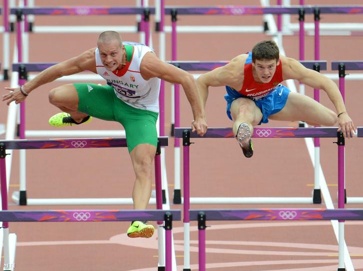 Kiss Dániel (b) versenyez az orosz Alekszej Dremin mellett a 2012-es londoni nyári olimpia férfi 110 méteres gátfutás versenyszámának előfutámában az Olimpiai Stadionban 2012. augusztus 7-én.