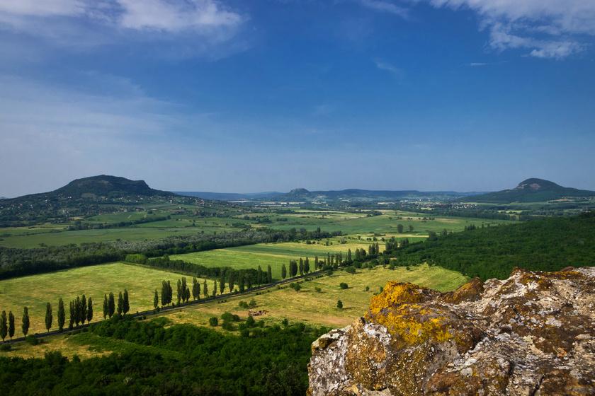 Az egykori bazaltvulkánokból lett tanúhegyek a túrázók kedvencei a környéken. A Badacsony mellett a Csobánc, a Haláp és a Tóti-hegy is megérnek pár napot.