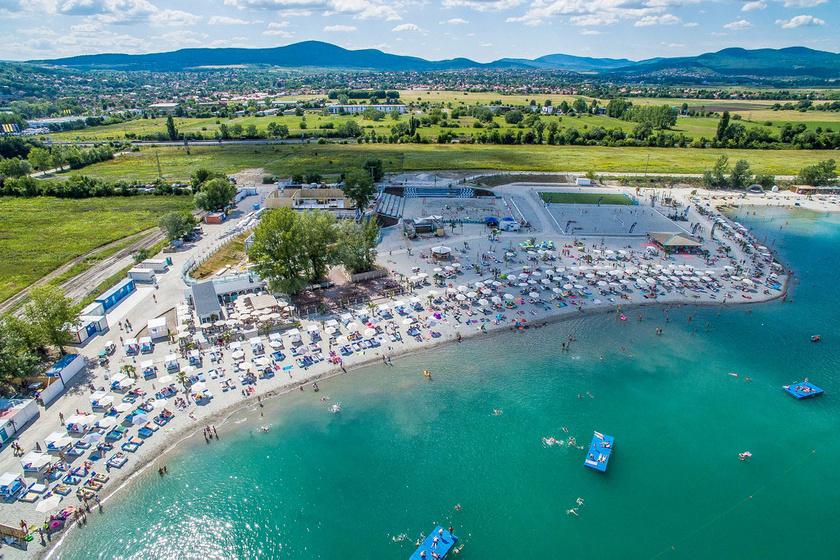 A Lupa-tó partjának javát hőkezelt fehér homok borítja, amitől a tengerparton érezheted magadat.