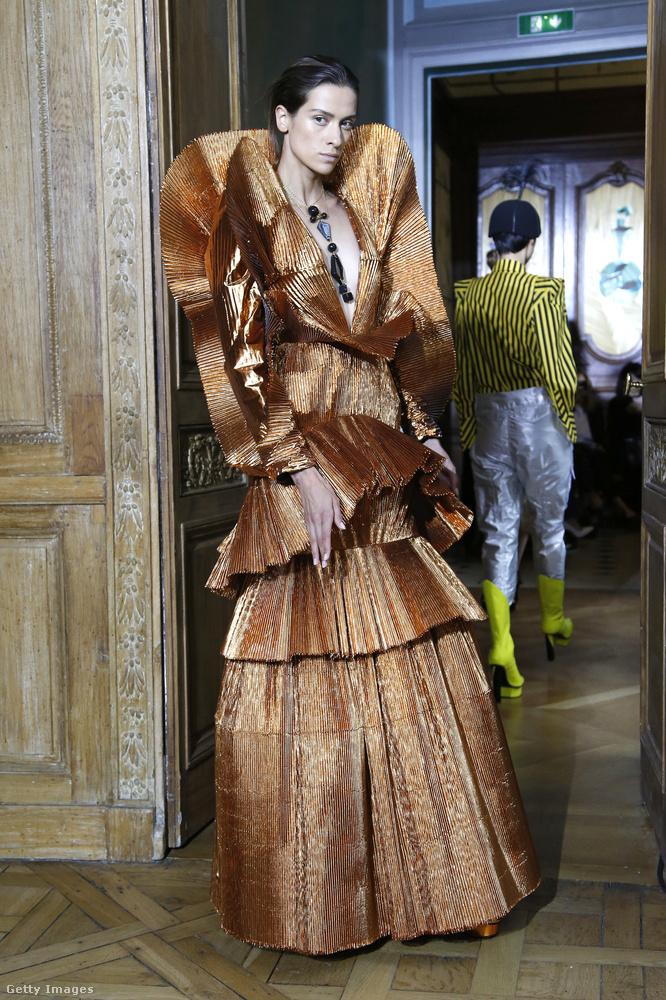 Roland Van Der Kemp ruhái annyira különlegesek és jelmezszerűek, hogy az embernek azonnal beindul a fantázia, hogy milyen mesevilágból vagy távoli bolygóról érkezhetett az, aki egy ilyet visel.