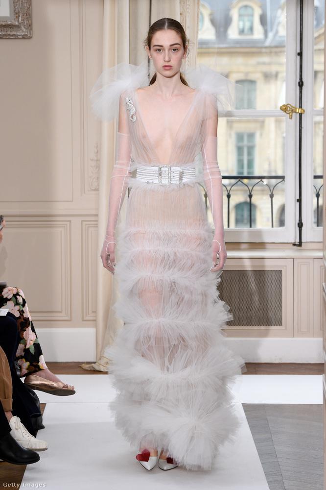 Az olasz Schiaparelli márka ruhái hasonlóan merészek, de inkább extravagánsak, mint szexik.