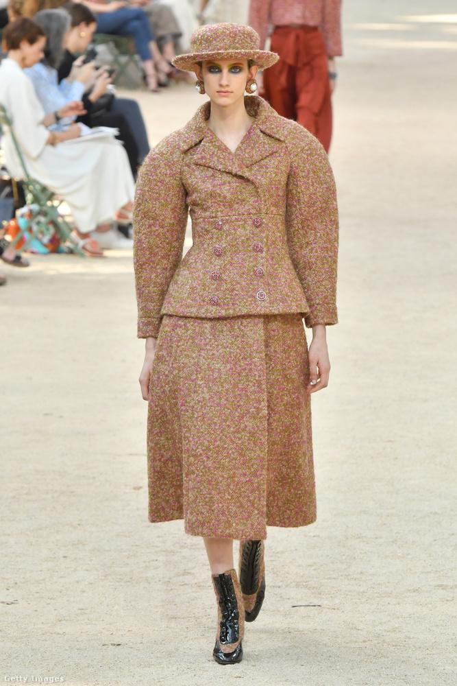 A Chanel haute couture kollekcióban már alig-alig lehet felismerni a klasszikus Chanel-kosztüm hagyományait.