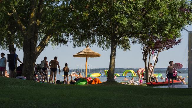 Ezek a Balaton legkiválóbb strandjai: átadták a Kék Hullám Zászlókat