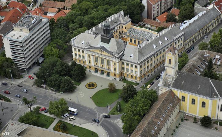 A kecskeméti Piarista Általános Iskola Gimnázium és Diákotthon. A város híres kegyesrendi (piarista) iskolája Kecskemét egyik legrégebbi, 1714-ben alapított oktatási intézménye.