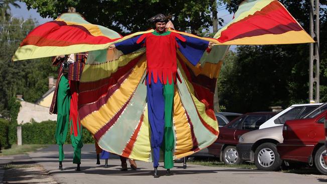 Szárnyas Sárkány hoz utcaszínházat és világzenét Nyírbátorba a hétvégén