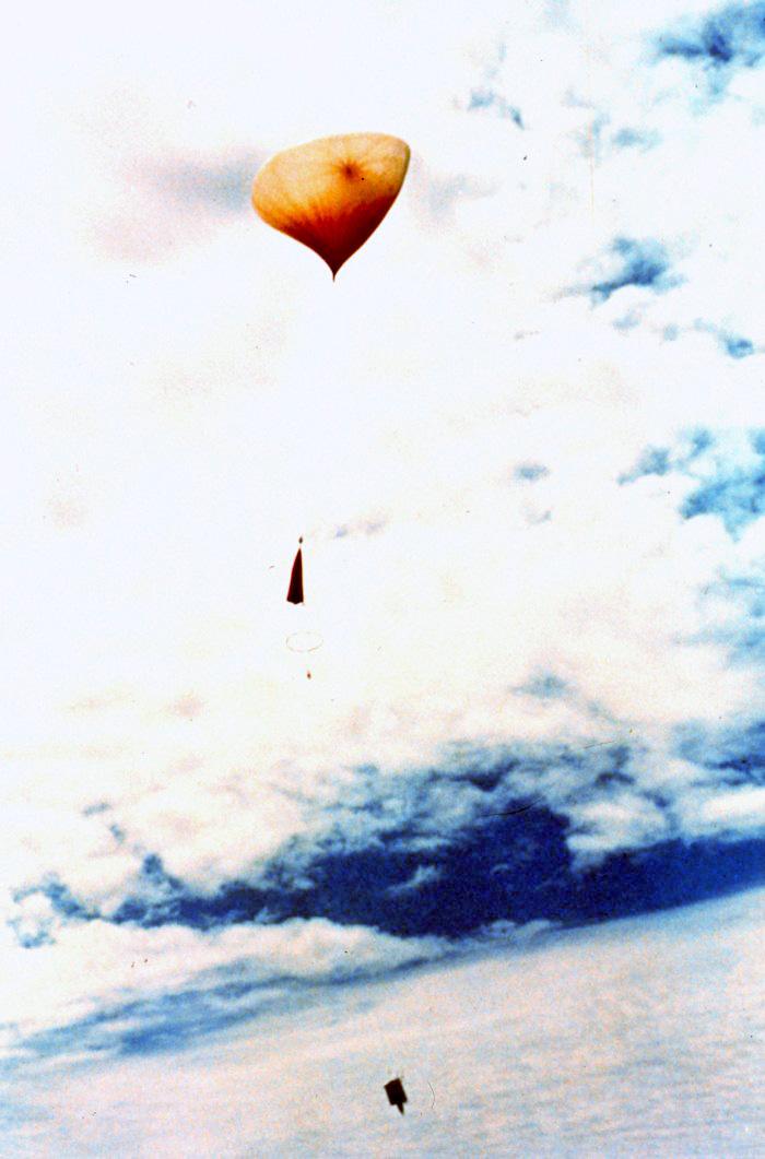 A Nemzeti Óceán és Atmoszféra Szolgálat (NOAA) időjárási ballonja induláskor