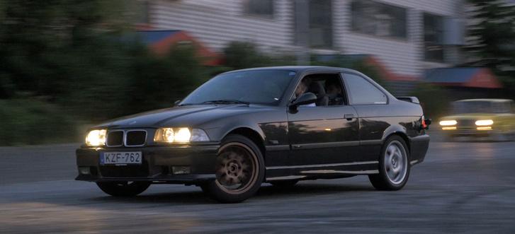 Üldözési jelenet egy '90-es évekbeli moziból: a civil rendőr Ezeröcsivel kergeti a BMW-s pernahajdert