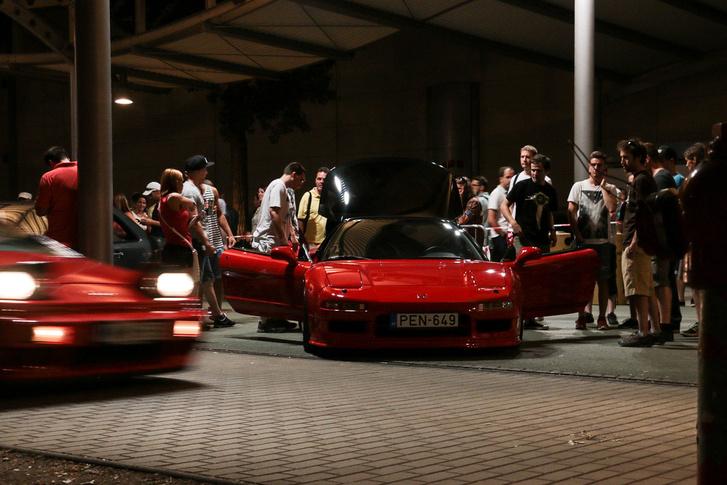 """Két """"Ferrari"""" is volt a Parkoló Parádé Múzeumok Éjszakája különkiadásán, mozgásban a Lotus Esprit az egyik, egy piros Honda NSX a másik"""