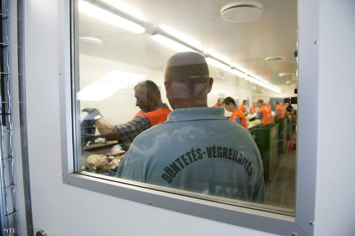 Büntetésüket töltő fogvatartottak válogatják szét a szelektív gyűjtésből származó papír-, műanyag- és fémhulladékot a Fővárosi Közterület-fenntartó Nonprofit Zrt. hulladékválogatójában,