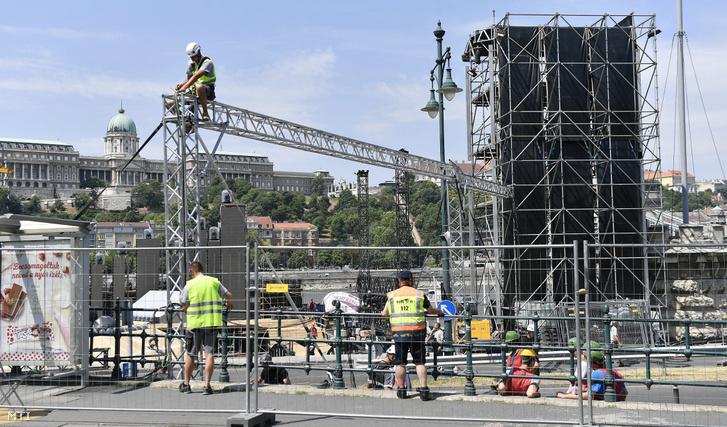 Építkezés a 2017-es budapesti FINA vizes világbajnokság megnyitó ünnepségének helyszínén, a Jane Haining rakparton 2017. június 28-án.