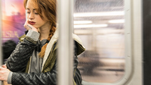 Így szundíts a metrón, ha nem akarod átaludni a megállódat