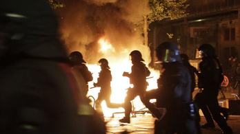 Hamburg lángokban áll, Molotov-koktélokat dobálnak