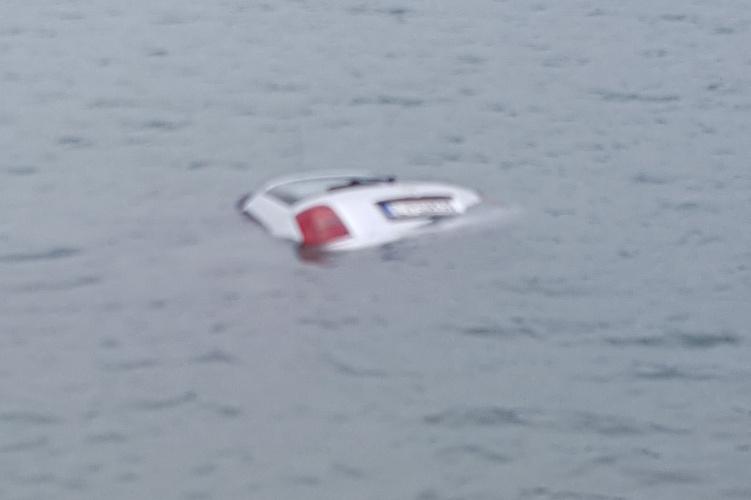 Az autó idővel teljesen elmerült a vízben