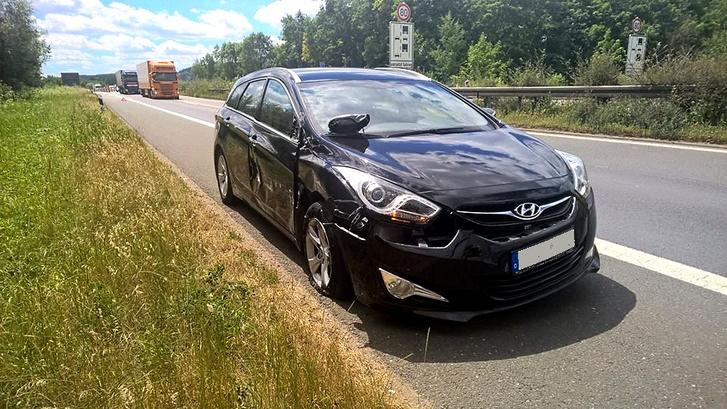Máma már nem hasad tovább: a jobbról támadó kamion a gumit is széttépte, a Hyundai saját lábon már nem tudott volna távozni