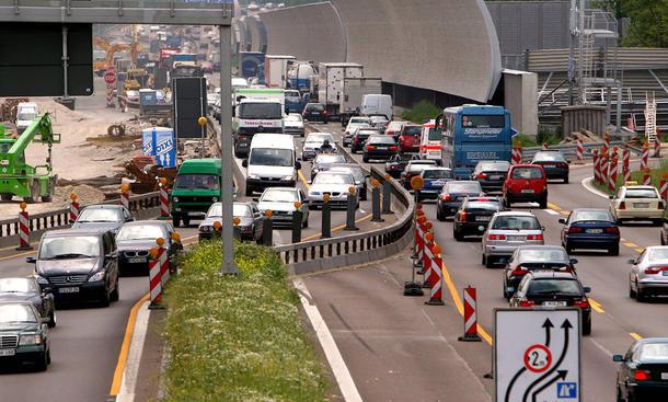 Autópályákon az építés-felújítás alatt álló szakaszokon szokták összébb terelni a sávokat
