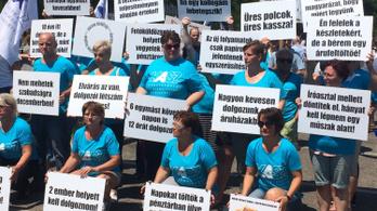 Magasabb bérekért tüntettek a Tesco-dolgozók