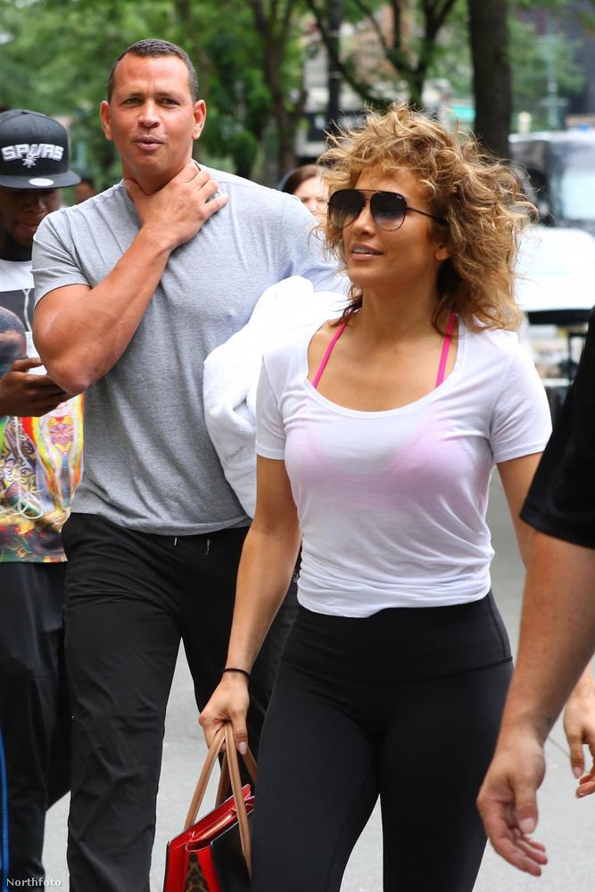 Azért máshol is történtek izgalmas dolgok, nemcsak Párizsban: Jennifer Lopez énekesnő például cicanadrágban ment edzeni a pasijával, így híres feneke is jól kivehető vált.