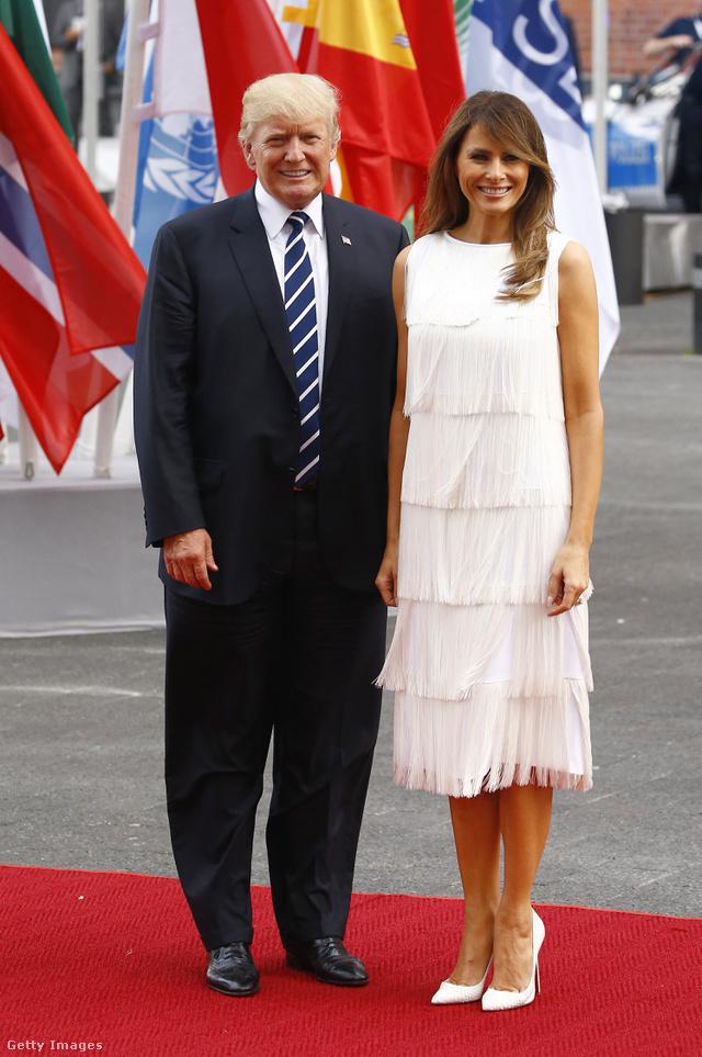 Fehér rojtos ruha Hamburgban.