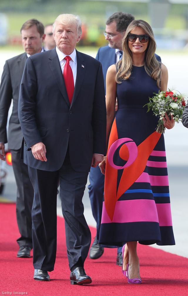 Ebben a Delpozo ruhában érkezett meg Trumpné Varsóból Hamburgba.