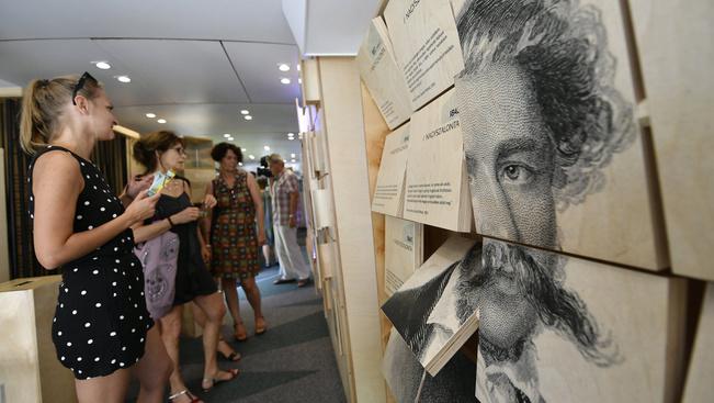 Az országjáró Arany-busz kiállítása minden, csak nem könyvszagú