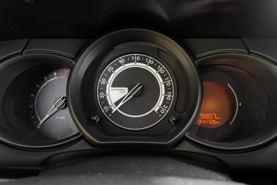 Hagyományos óracsoport digitális üzemanyagszintmérővel