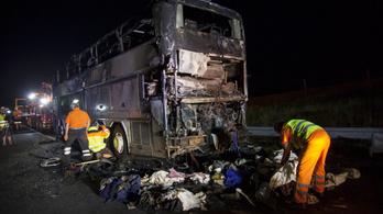 Kiégett egy Olaszországba tartó turistabusz az M7-esen