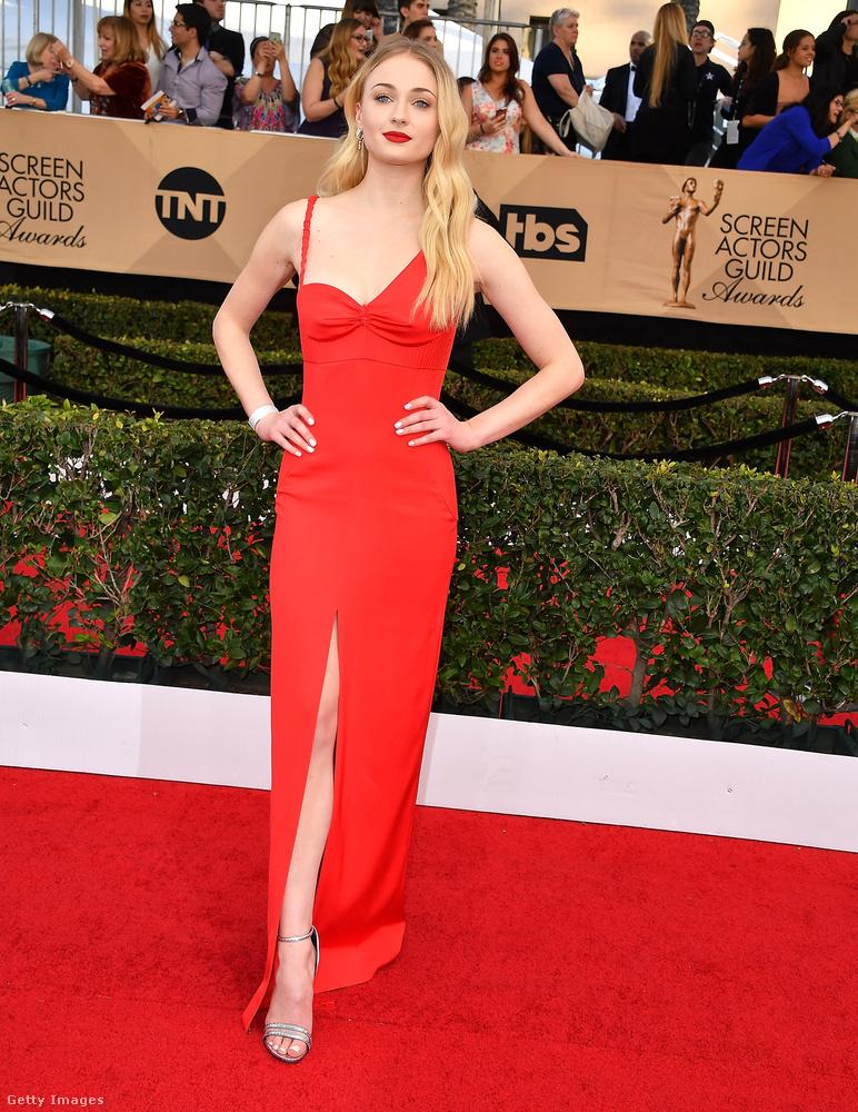 A vörös is nagyon jól áll a brit hírességnek: az idei SAG-gálán például így jelent meg a filmsztár