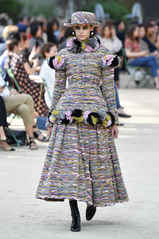 Virágokkal díszített tweed együttes kalappal a Chanel 2017-es őszi-téli haute couture kollekciójában.
