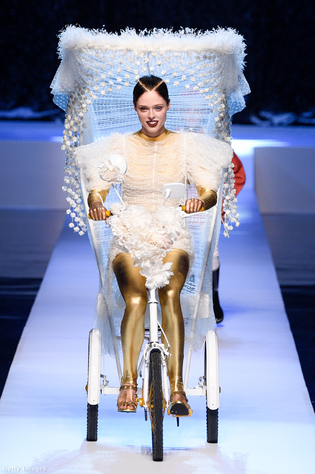 Biciklis menyasszony arany cicanadrágban Jean Paul Gaultier kifutóján.
