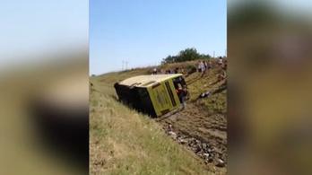 Felborult egy gyerekeket szállító busz a Vajdaságban