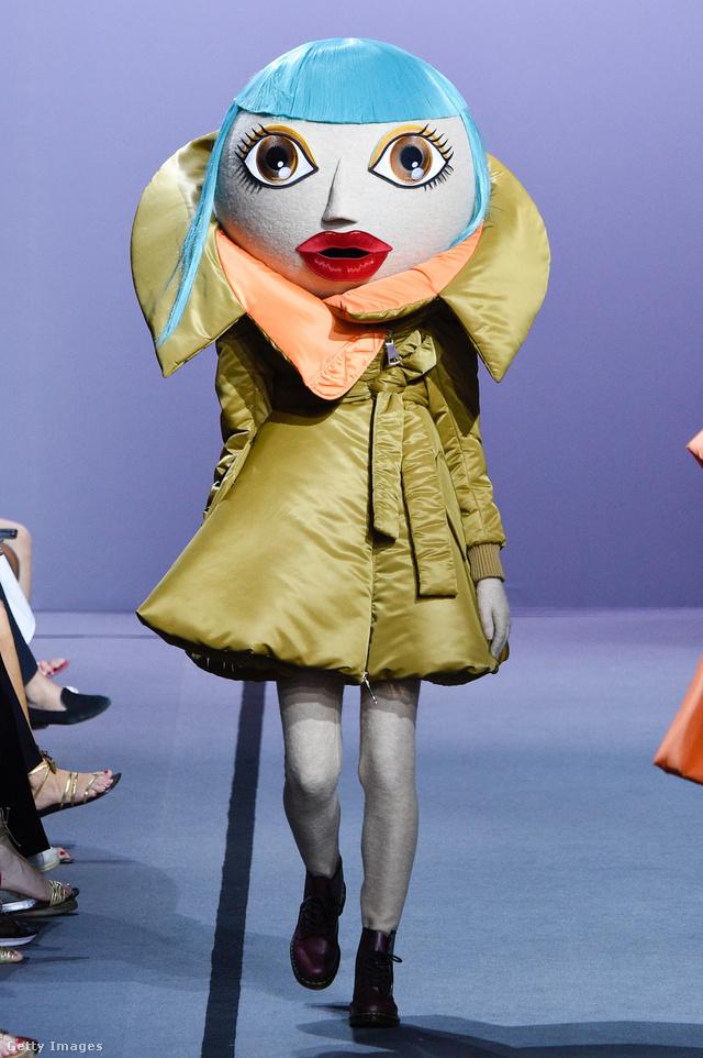 Óriás papírmasé fejek mögé rejtette modelljeit a Viktor & Rolf.