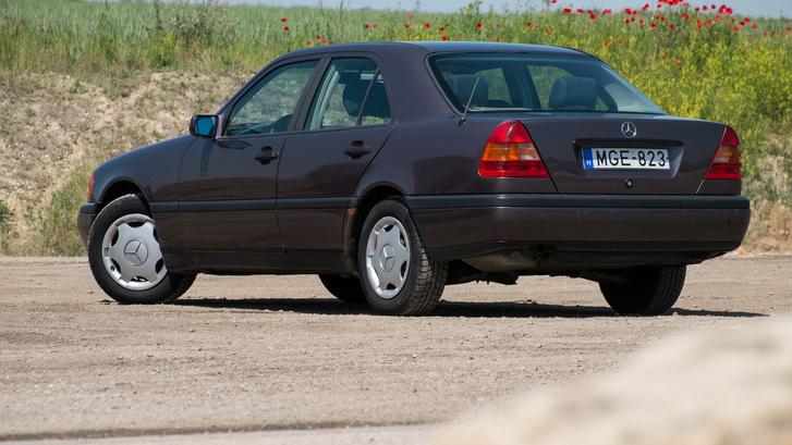 W124-stílusú, de magasabbra húzott lámpák
